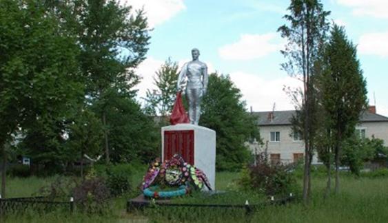 с. Ворга Ершичского р-на. Памятник, установленный на братской могиле советских воинов, погибших в годы войны.