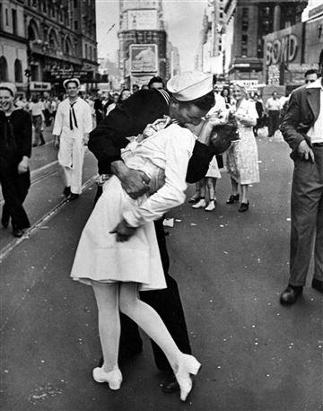 Фотоснимок «Целующийся моряк».