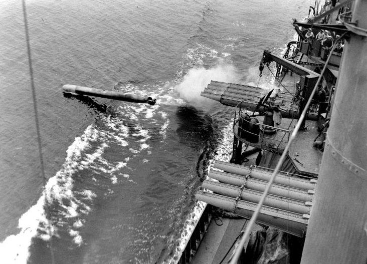 Запуск торпеды с американского эсминца «Данлап».