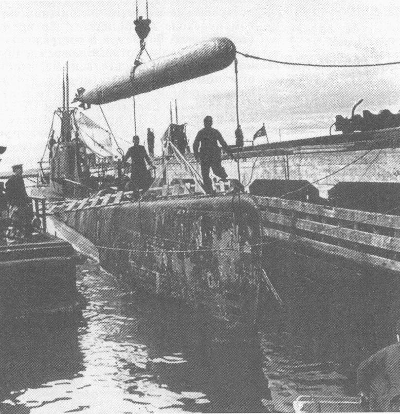 Погрузка торпед на «Щ-320», июнь 1942 года.