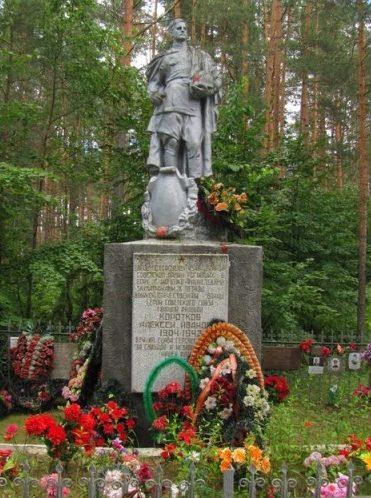 д. Беляево Велижского р-на. Памятник, установленный на братской могиле, в которой похоронено 4548 воинов, погибших в годы войны.