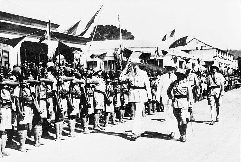 Шарль де Голль проводит смотр колониальных войск в Банги в октябре 1940 года.