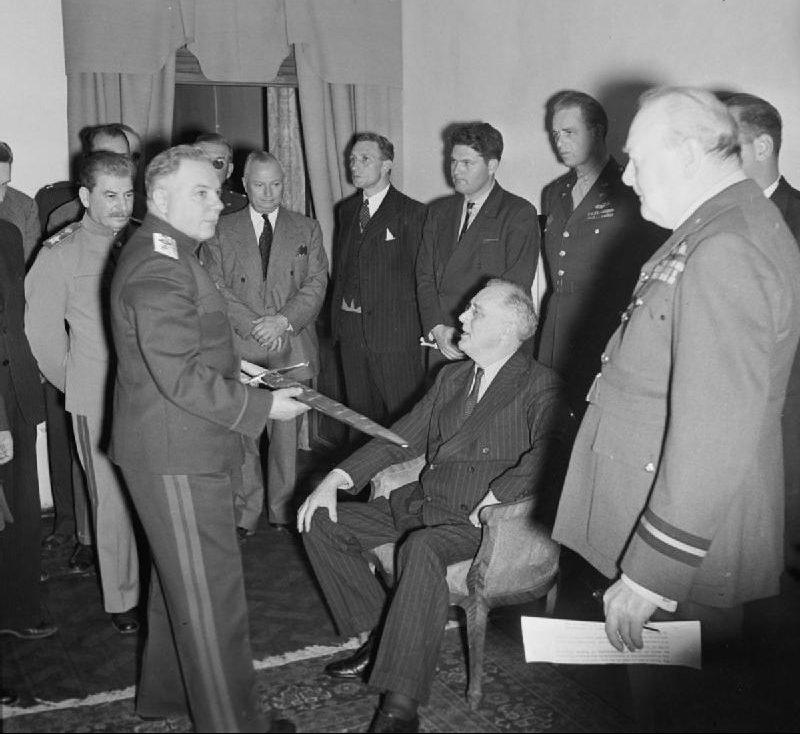 Вручение советской делегации «Сталинградского меча».