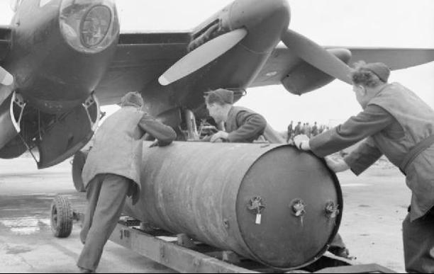 Авиабомба HC 4000 lb (RAF Cookies) длиной 2960 мм для разрушения стратегических объектов - морских баз и портов, крупных кораблей и промышленных предприятий.