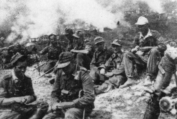 Немецкие солдаты в горящей Калаврите.