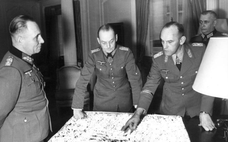 Генерал-фельдмаршалы Герд фон Рундштедт и Эрвин Роммель во время дискуссии в Париже. 1943 г.
