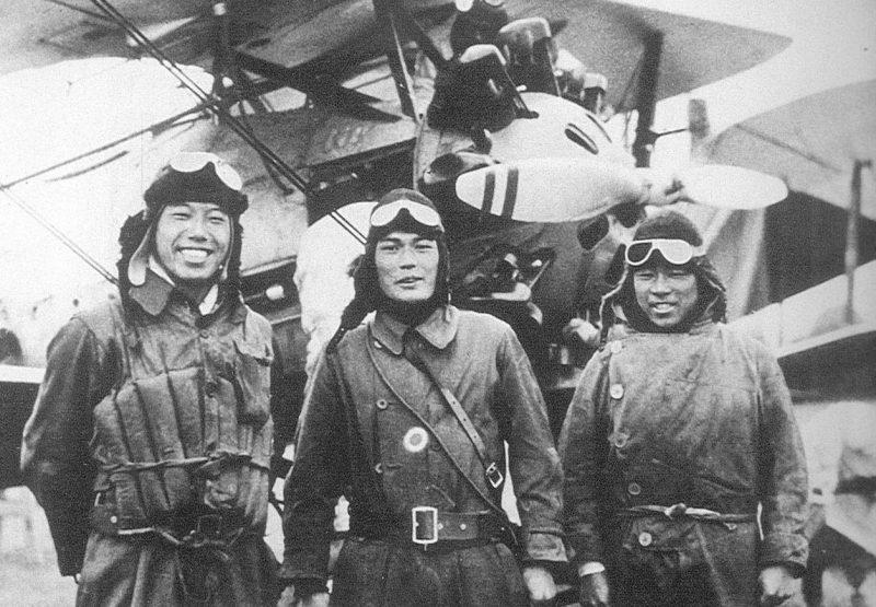 Пилоты японских истребителей, которые 22 февраля 1932 года одержали первую воздушную победу во время инцидента в Шанхае. Февраль 1932 г.