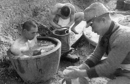 Японская полевая баня. Тимор, 1942 г.