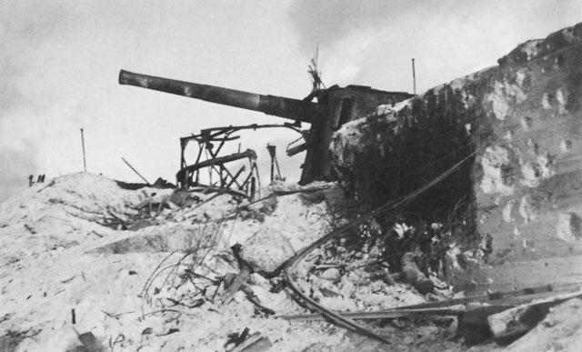 Одно из разбитых японских орудий.