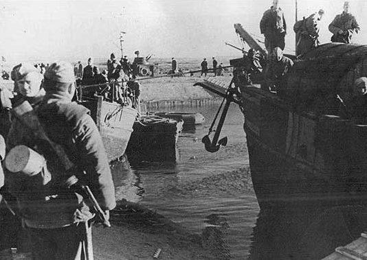 Подразделение советских десантников перед отплытием к берегам Керченского пролива.