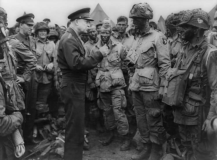 Эйзенхауэр среди солдат 502-го пехотного полка.