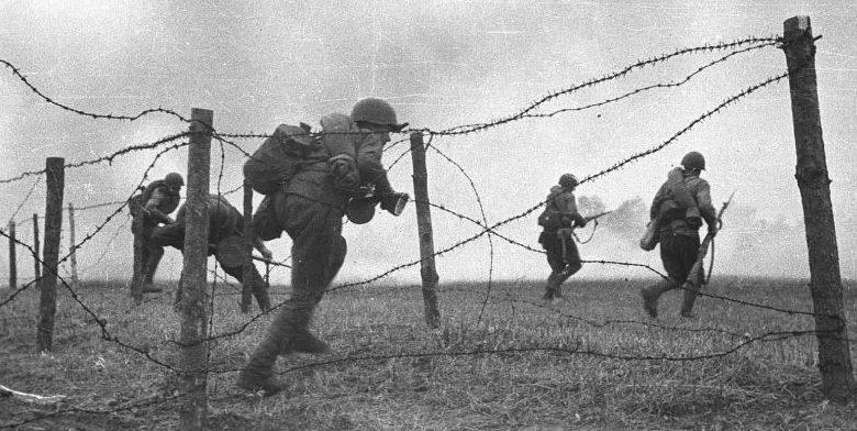 Советские солдаты учатся преодолевать проволочные заграждения.