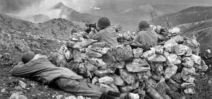 Солдаты «Дьявольской бригады» (1-й SSF) занимают позицию у Монте-ла-Дифенса.
