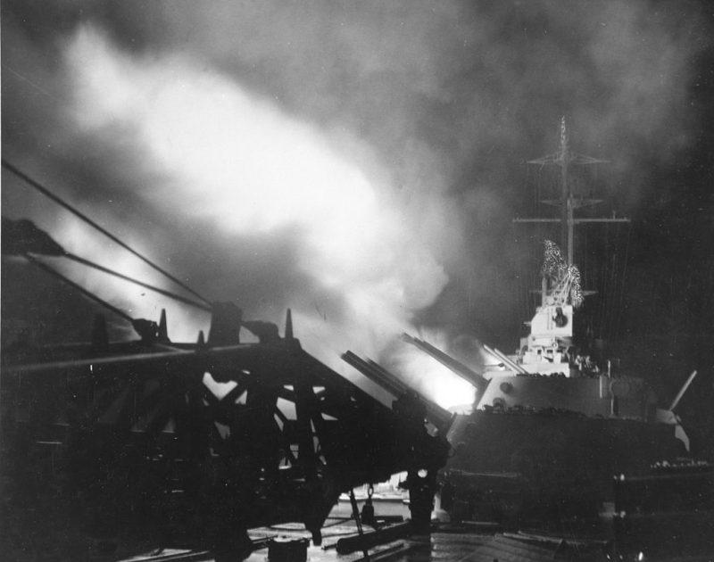 Легкий крейсер «Колумбия» ведет огонь.