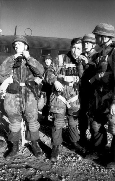 Немецкие десантники готовятся к вылету на Лерос.