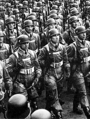 Немецкие десантники по прозвищу «Зеленые дьяволы», маршируют на параде. 1940 г.