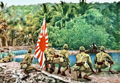 Японские солдаты военно-морского десанта «Куре» во время битвы на острове Таракан. Январь 1942 г.