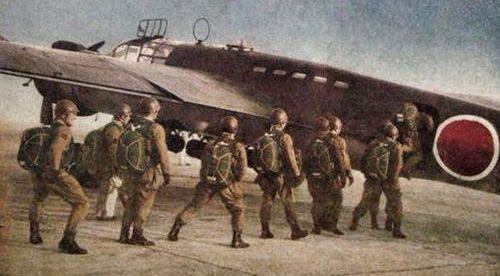 Посадка десантников в транспортный самолет для вторжения в Западный Тимор. Борнео, 1942 г.