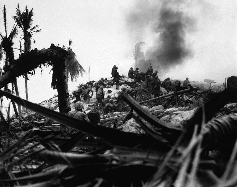 Морская пехота США атакует японское укрепление на Тараве.