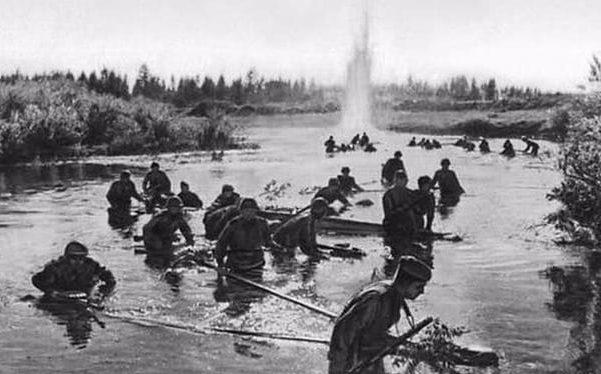 Советские войска форсируют Днепр.