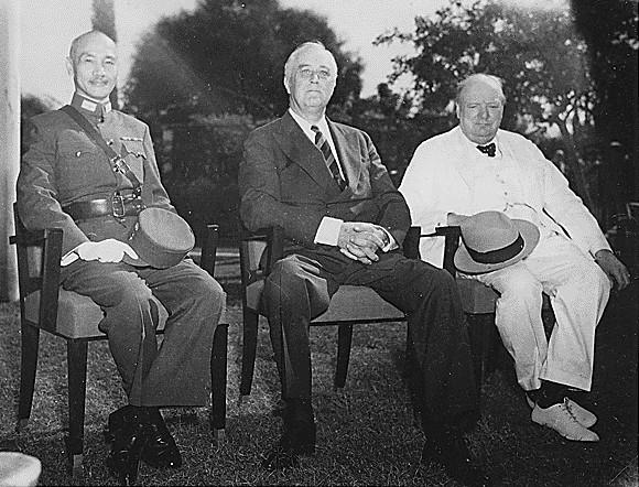Генералиссимус Чан Кайши, Франклин Д. Рузвельт и Уинстон Черчилль на Каирской конференции 25 ноября 1943 года.