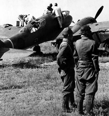 Японский двухмоторный разведывательный самолет Mitsubishi Ki-46-II на аэродроме в Китае. 1942 г.