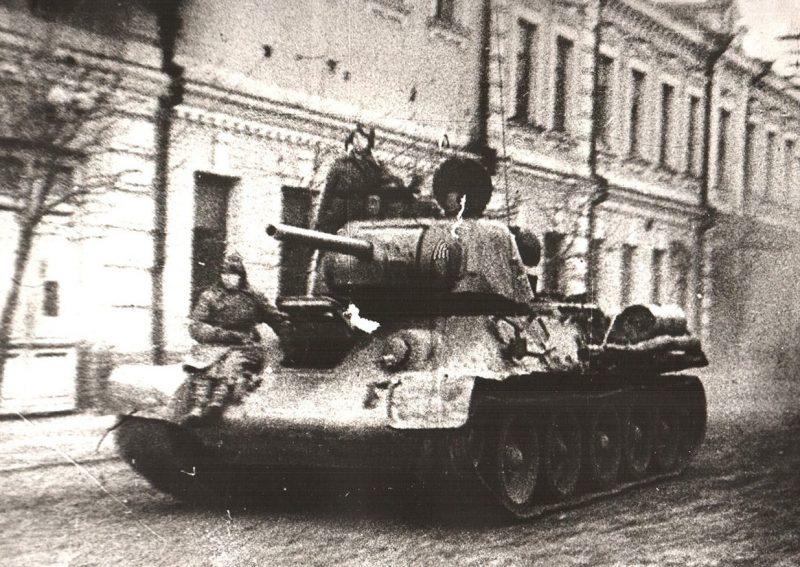 Танк 17 гв. танковой бригады, ворвавшийся в Речицу. Ноябрь 1943 г.