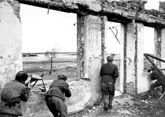 Бой советских десантников на окраине Керчи.