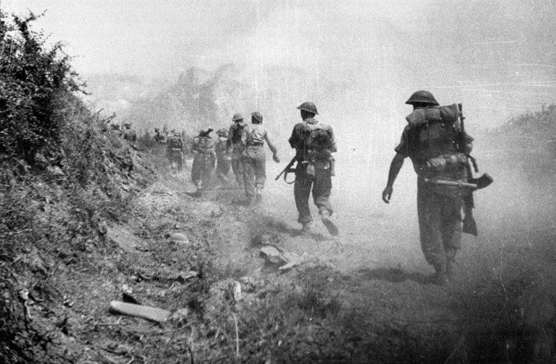 Британские войска продвигаются через дымовую завесу к Монастырскому холму в Кассино.