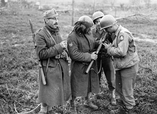 Итальянские и американские солдаты. Миньяно-Монте-Лунго, декабрь 1943 г.