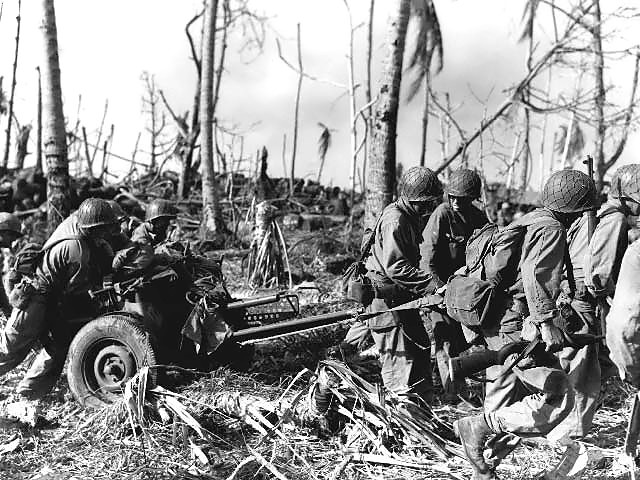 Американские солдаты на атолле Кваджалейн.