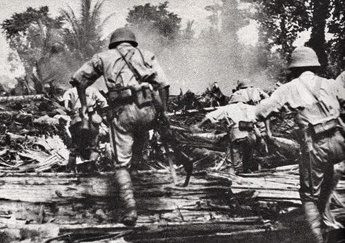 Солдаты японской армии вторгаются в Саламауа. Новая Гвинея, март 1942 г.