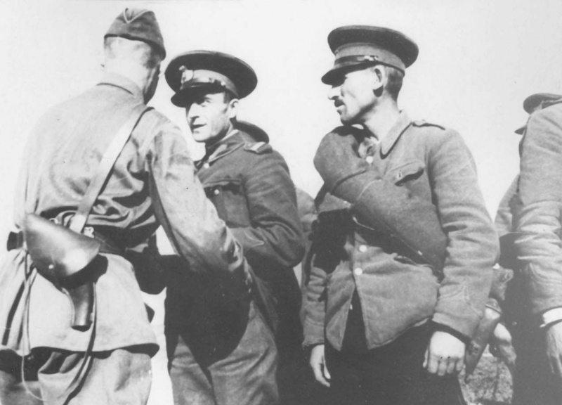 Советский офицер разоружает румынских жандармов. Июнь 1940 г.