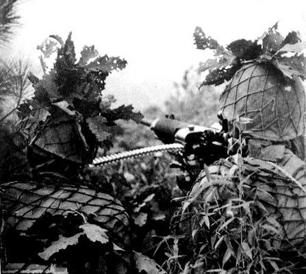Расчет тяжелого пулемета типа 92 в лесах Новой Гвинее. 1942 г.