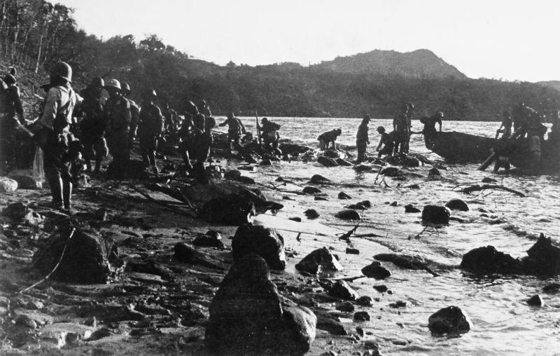 Японские солдаты высаживаются на остров Коррегидор. Май 1942 г.
