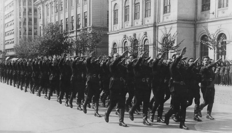 Отряд легионеров Железной Гвардии в Бухаресте. 1940 г.
