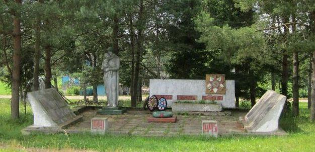 д. Борода Демидовского р-на. Мемориал, установленный на братской могиле, в которой похоронено 10 советских воинов погибших в годы войны.