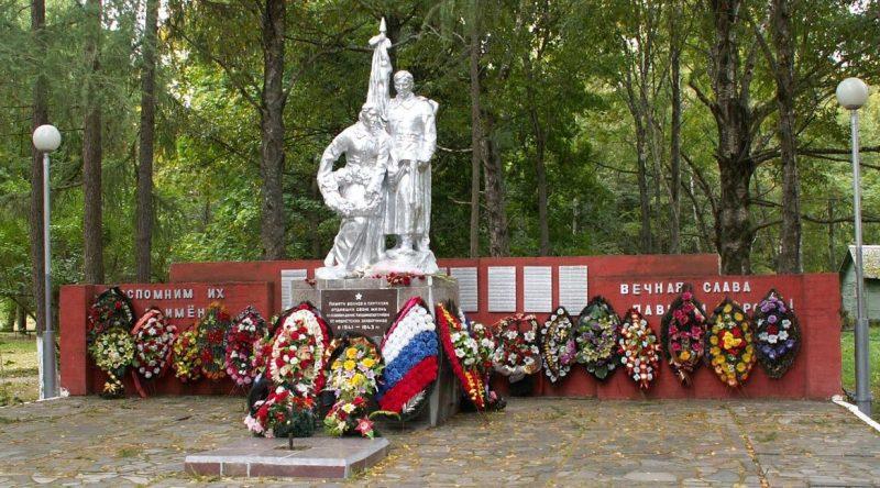 п. Кардымово. Мемориала по улице Ленина, установленный на братской могиле, в которой похоронено 297 советских воинов и партизан, погибших в годы войны.