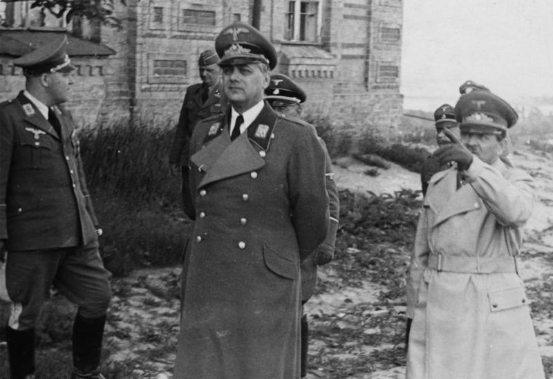 Эрих Кох (справа) и Альфред Розенберг (в центре) в Киеве.