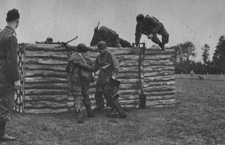 Немецкие парашютисты преодолевают полосу препятствий на тренировочных занятиях. 1940 г.