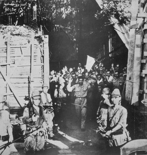 Американские солдаты сдаются японским войскам на острове Коррегидор. Май 1942 г.