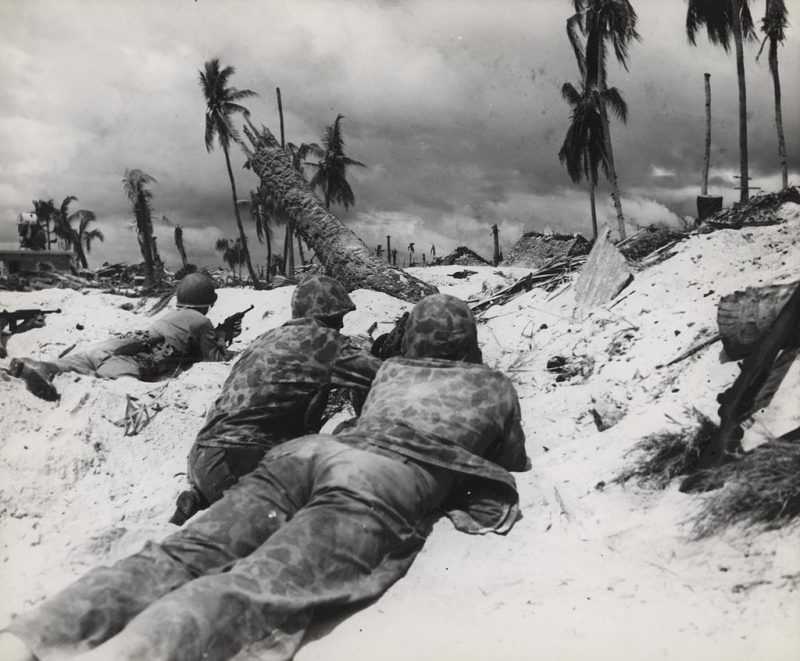 Американские морские пехотинцы «зажатые» на берегу.