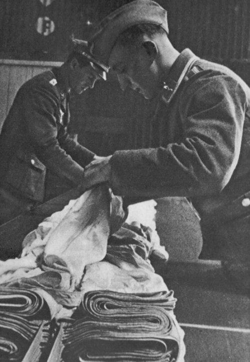 Парашютисты за укладкой парашютов. 1940 г.
