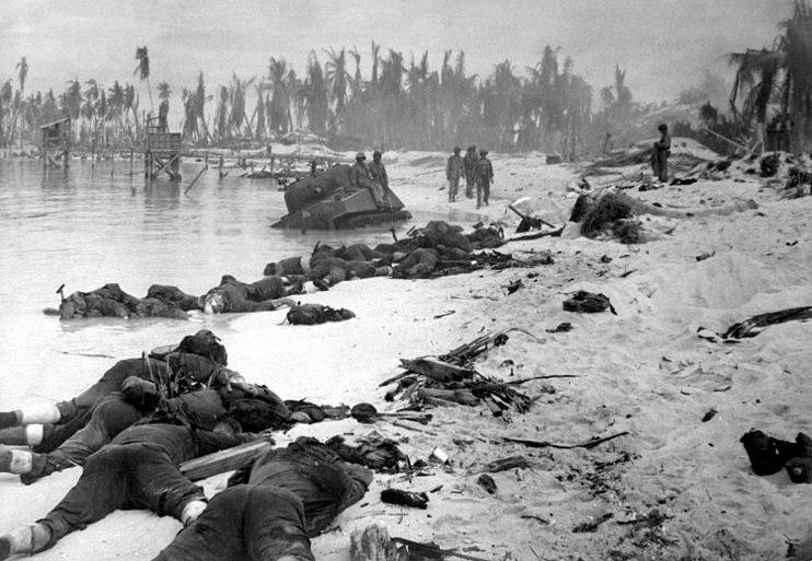Трупы морских пехотинцев на побережье.