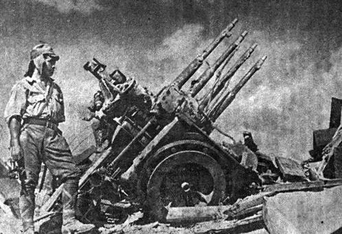 Японский солдат у американского зенитного автомата, уничтоженного на острове Коррегидор. 1942 г.
