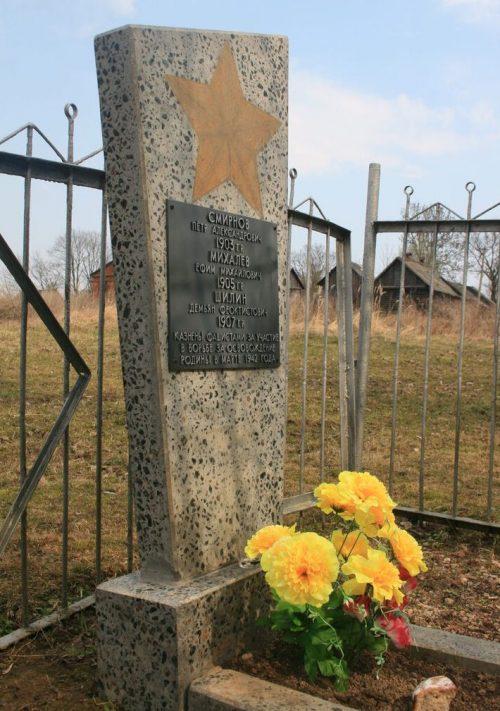 д. Мольково Кардымовского р-на. Памятный знак подпольной партийной группе П.А. Смирнова, действовавшей в годы войны.