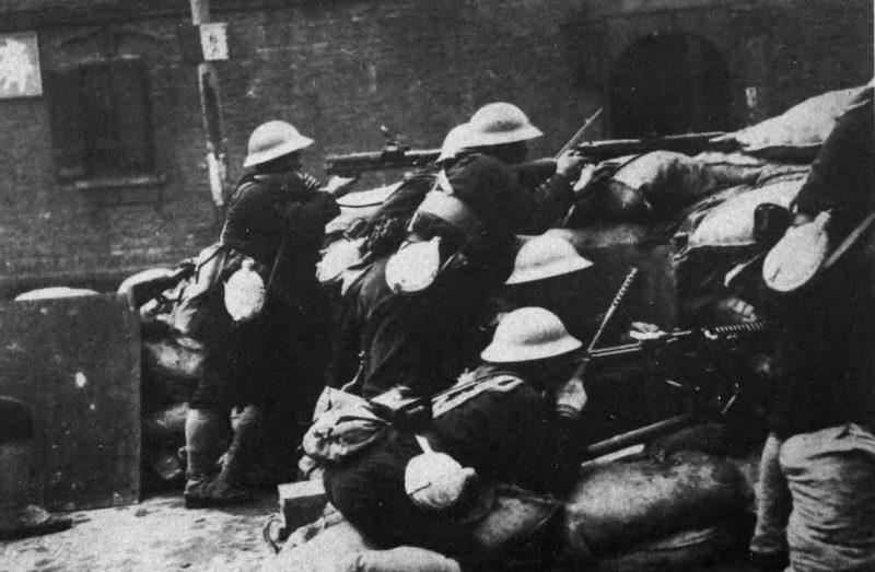 Японские войска в уличном бою в Шанхае. Февраль 1932 г.