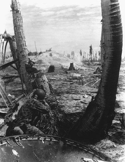 Пехотинцы штурмуют японский ДОТ.