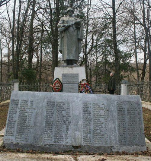д. Мольково Кардымовского р-на. Памятник, установленный на братской могиле, в которой похоронено 832 советских воина.