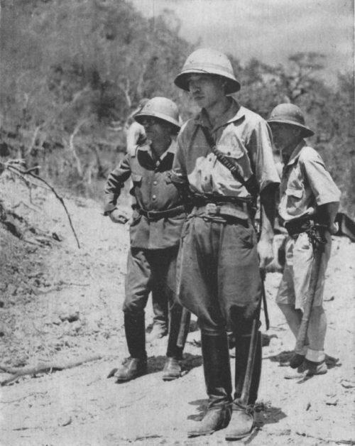 Принц Такамацу инспектирует остров Коррегидор через пять дней после капитуляции американцев. 11 мая 1942 г.